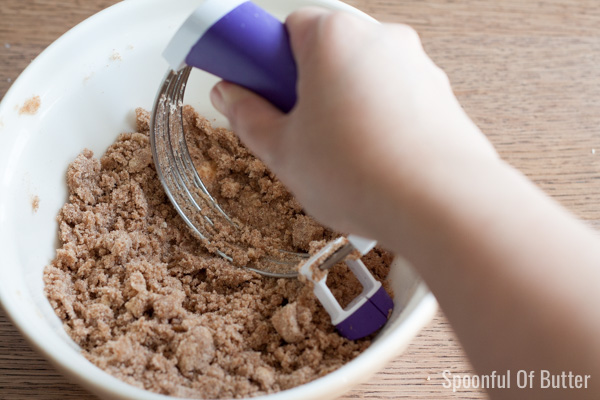 Step-by-step how to make cinnamon crumb coffee cake | www.SpoonfulOfButter.com